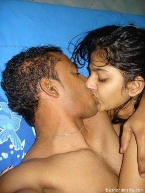 desi-lovers-kissing-in-public small